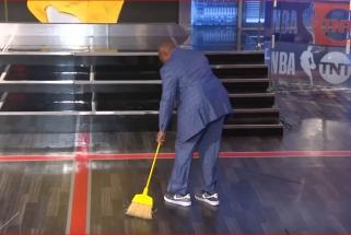 """Ch.Barkley po """"Nuggets"""" pralaimėjimo stvėrė šluotą ir iššlavė studijos grindis"""