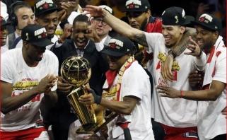 """Neįtikėtiną trilerį laimėję """"Raptors"""" pasinaudojo auksine galimybe ir tapo NBA čempionais"""