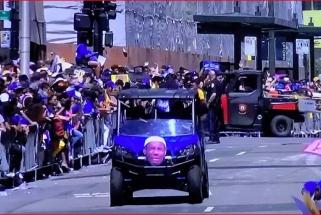 """Beveik milijonas sirgalių Oklande sveikino """"Warriors"""", pašiepė ir LeBroną"""