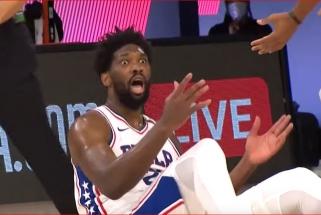 """""""Celtics"""" treneris emocingai apkaltino """"76ers"""" žvaigždę J.Embiidą vaidyba"""