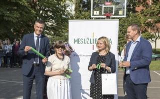 Vilniaus Karoliniškių gyventojams - atnaujinta krepšinio aikštė