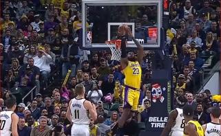 Fantastiškas L.Jameso dėjimas per nugarą stebint D.Saboniui - gražiausias NBA momentas