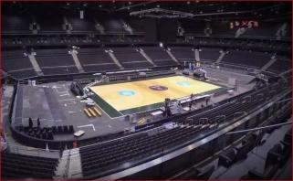 """Atkrintamosioms pasiruošta: """"Žalgirio"""" arena per naktį iš ledo transformavosi krepšiniui"""