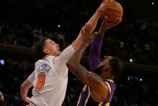 """Kroato blokas LeBronui paskandino """"Lakers"""", pusšimčio Antetokounmpo taškų nepakako pergalei"""