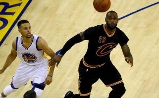 """Superfinalas tęsiasi: L.Jamesas ir K.Irvingas svečiuose tiesiog sutaršė """"Warriors"""""""
