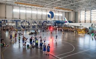Krepšinio mėgėjai išbandė savo jėgas orlaivių angare