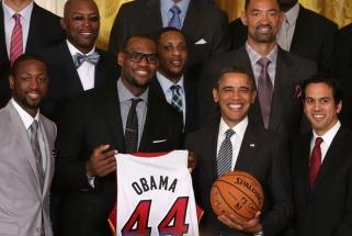 Aukcione parduodami B.Obamos mokykliniai krepšinio marškinėliai