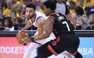 """Vienas lauke ne karys: kone pusšimtį taškų surinkusio S.Curry pastangų nepakako - """"Raptors"""" vėl pirmauja"""