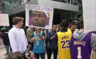 """""""Lakers"""" aistruoliai prie """"Staple Center"""" arenos skandavo: """"Šalin Rambisą!"""""""