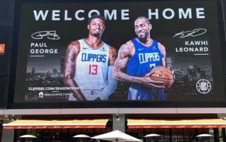 """Priešais """"Clippers"""" ir """"Lakers"""" namų areną iškilo K.Leonardą ir P.George'ą sveikinantis stendas"""