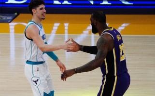 """LaMelo pirmą kartą metė iššūkį """"Lakers"""", bet paskutinis juokėsi LeBronas (rezultatai)"""