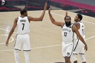 """Pirmąsyk susibūręs """"Nets"""" svajonių trio vargo tris pratęsimus (""""Grizzlies"""" mačas - atidėtas)"""