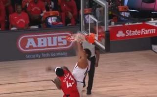 """D.Bookerio dėjimas per """"Raptors"""" lyderį P.Siakamą - gražiausias NBA momentas"""