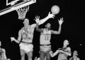 Mirė pirmasis NBA lygos duris pravėręs juodaodis žaidėjas