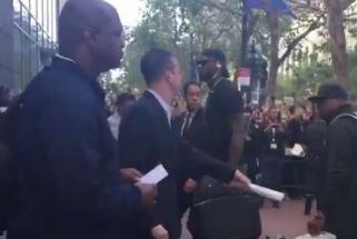 """""""Warriors"""" fanai nušvilpė į Ouklandą atvykusį L. Jamesą ir """"Cavaliers"""""""