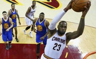 """Monstriškai žaidęs L.Jamesas su """"Cavs"""" išlygino finalo rezultatą (S.Curry išvarytas)"""