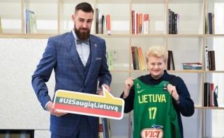 """Prezidentė įteikė J.Valančiūnui ženklelį """"Už saugią Lietuvą"""""""