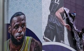 """NBA ir Kinijos konflikte pabaigos nematyti: atšaukiami renginiai, suimtas """"Rockets"""" sirgalius"""