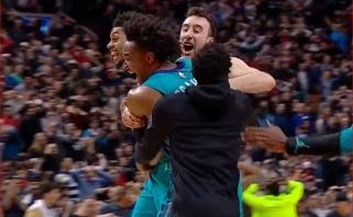 """NBA stebuklai: šūvis iš aikštės vidurio paskandino """"Raptors"""" (rezultatai)"""