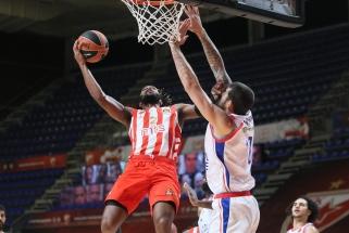 """Dviejų žaidėjų vedama išretintos sudėties """"Anadolu Efes"""" laimėjo Belgrade"""