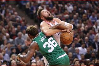 """Šešėlyje buvęs J.Valančiūnas džiaugėsi """"Raptors"""" pergale prieš """"Celtics"""""""