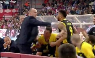 AEK treneris J.Zdovcas taip pašėlo, kad vos netrenkė į veidą savo komandos žaidėjui
