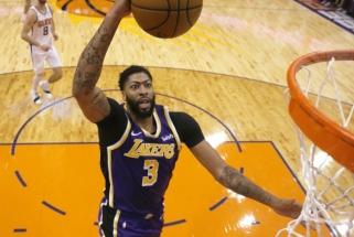 """NBA: """"Lakers"""" reabilitacija Finikse, pergalingas J.Embiido dėjimas ir rekordinis T.Youngo pasirodymas"""