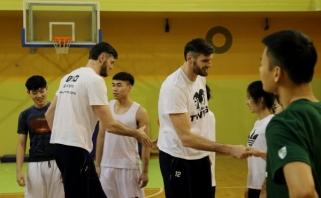 Broliai Lavrinovičiai mokė būsimus krepšinio trenerius iš Kinijos