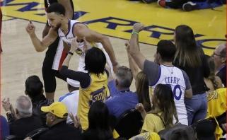 """Tritaškiais prapliupęs ir rekordą pakartojęs S.Curry išvedė """"Warriors"""" į priekį konferencijos finale"""