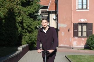 """""""Žalgiriui"""" priklausantis """"Nevėžio"""" gynėjas M.Varnas į treniruotes rieda paspirtuku"""