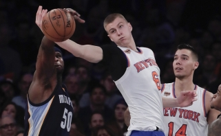 """M.Kuzminskas nuo suolo stebėjo, kaip K.Porzingis veda """"Knicks"""" į pirmąją pergalę"""