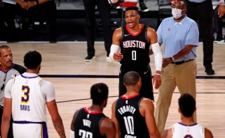 """LeBronas atvedė """"Lakers"""" į konferencijos finalą; Westbrookas sukėlė konfliktą su Rondo broliu"""