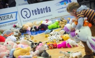 Sirgalių padovanoti žaislai pradžiugino jaunuosiuos krepšinio mėgėjus