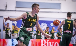 Jauniai Europos čempionate laimėjo trilerį prieš serbus ir pateko į ketvirtfinalį