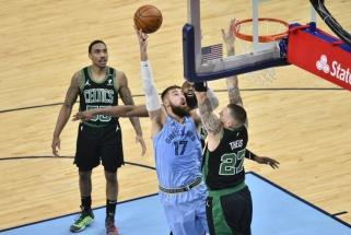 """Valančiūnas naikino """"Celtics"""" baudos aikštelėje, """"Grizzlies"""" triumfavo po pratęsimo"""