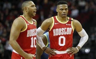 """E.Gordonas pakeis traumuotą R.Westbrooką """"Rockets"""" starto penkete"""