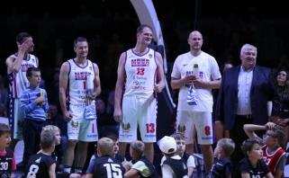 S.Štombergas, K.Kambala ir kitos praeities žvaigždės išbėgo ant parketo pagerbti Estijos krepšinio legendą