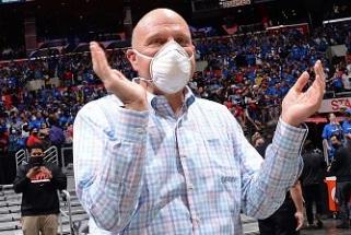 """Ballmeris: """"Lakers"""" gerbėjai sunerimę dėl """"Clippers"""" progreso (naujos arenos pristatymas)"""
