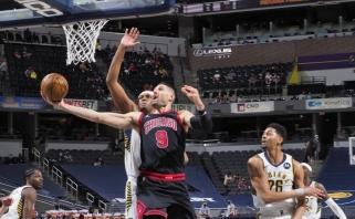 """Siautėjusio """"Bulls"""" naujoko nebuvo kam stabdyti – prie traumuoto Sabonio prisidėjo ir kitas """"Pacers"""" bokštas (rezultatai)"""