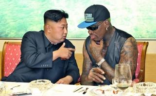 D.Rodmanas apie pirmąjį susitikimą su Kim Jong Unu: pamaniau, kad 22 tūkst. ploja man, pamojavau jiems