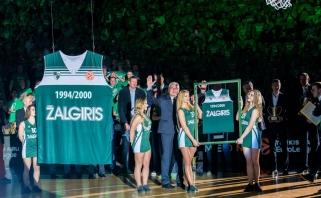 """Eurolygos čempionų pagerbimo šventėje J.Kazlausko marškinėliai pakilo į """"Žalgirio"""" arenos palubes"""