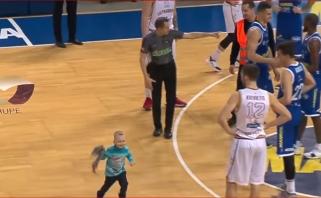 """LKL užribis: rungtynes nutraukęs vaikas, slystantis kamuolys ir """"Kalinka"""" aikštėje"""