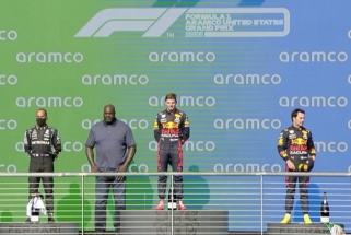 Shaqas įteikė apdovanojimus F1 prizininkams (atvyko neįprastu automobiliu)