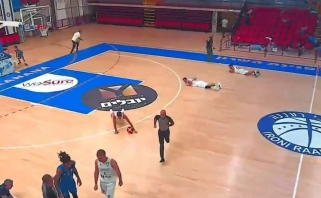 Krepšinis karo fone: pasigirdus raketų aliarmui žaidėjai krito ant parketo