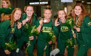 Į Lietuvą grįžusios dvidešimtmetės neslėpė džiaugsmo dėl iškovotos bronzos
