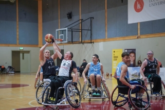 LCC tarptautinio universiteto komanda išmėgino vežimėlių krepšinį