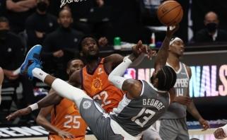 """Dramatiškoje ir nerezultatyvioje dvikovoje """"Suns"""" stumtelėjo """"Clippers"""" prie bedugnės krašto"""