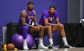"""""""Lakers"""" dėl žvaigždžių LeBrono ir Daviso nerengia apšilimų rungtynių dienomis"""