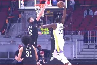 """Monstriškas """"Warriors"""" žvaigždės dėjimas – įspūdingiausias NBA nakties momentas"""