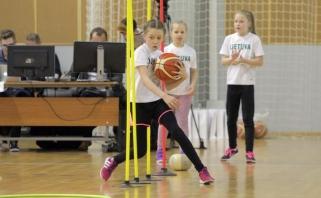 Sausakimšoje arenoje būsimos krepšininkės demonstravo savo sugebėjimus